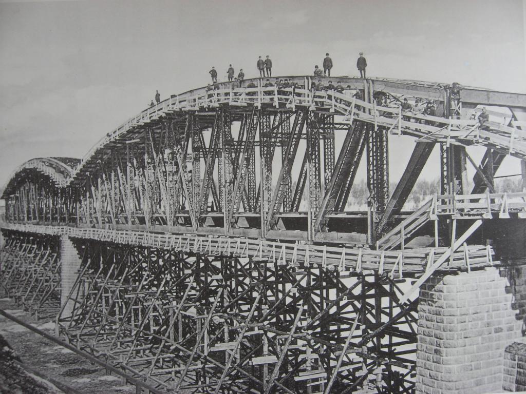 2706 верста. Сборка ферм моста через р. Ию. Строительный период 1910-1911 гг.