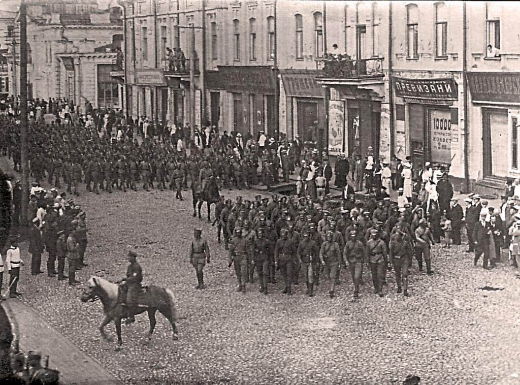 Чехи сворачивают с Большой на Амурскую улицу.