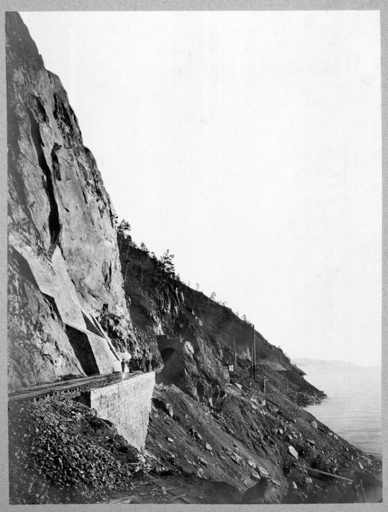 Подпорная стена, каменная одежда откоса выемки и тоннель №18 на 49 версте.