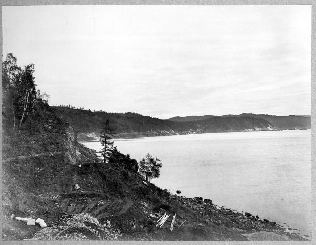 Расчистка участка для строительства дороги вдоль озера Байкал.