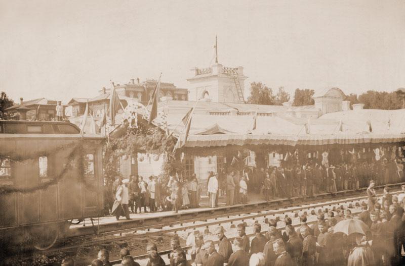 На перроне вокзала собралась многочисленная публика для встречи первого поезда из С.-Петербурга. 16 августа 1898 г.