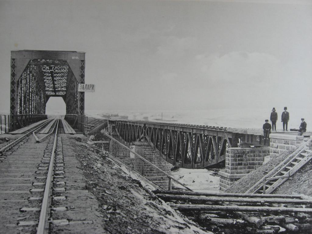 2824 верста. Старый Заларинский мост с ездой понизу и новый с ездой поверху.