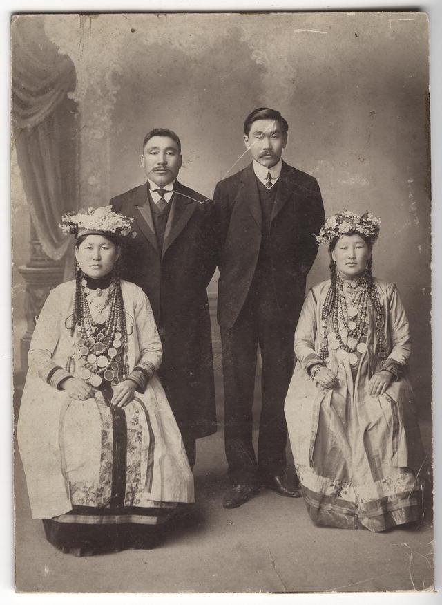 Предприниматель Ханкасаев и купец 1-ой гильдии Родионов' с женами в национальных бурятских костюмах