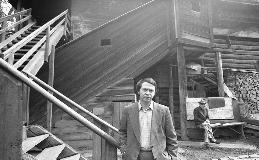 Валентин Распутин в старом Иркутске, начало 1980-ых.