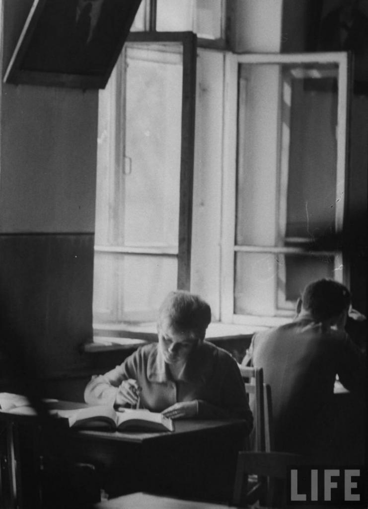 Неля Спиридонова зубрит среднесрочные экзамены в читальном зале Иркутского медицинского института.