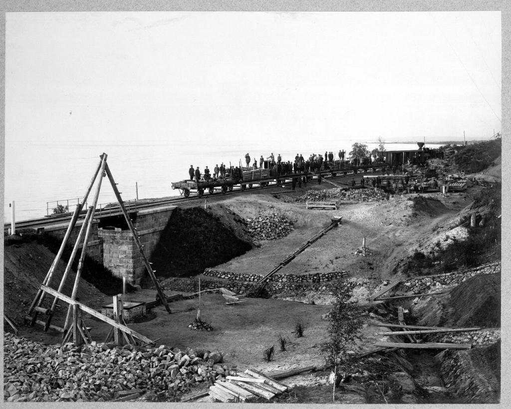 Дренажные работы в районе железнодорожного моста.
