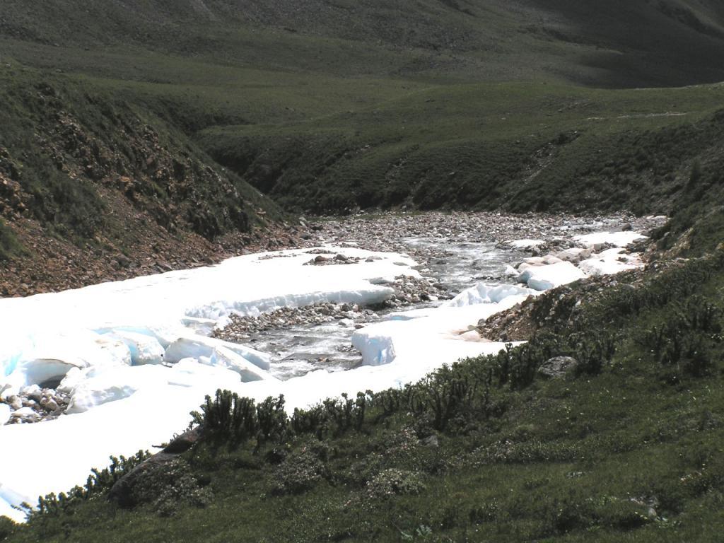Река Эхегер в июне 2005 под ледником!!!