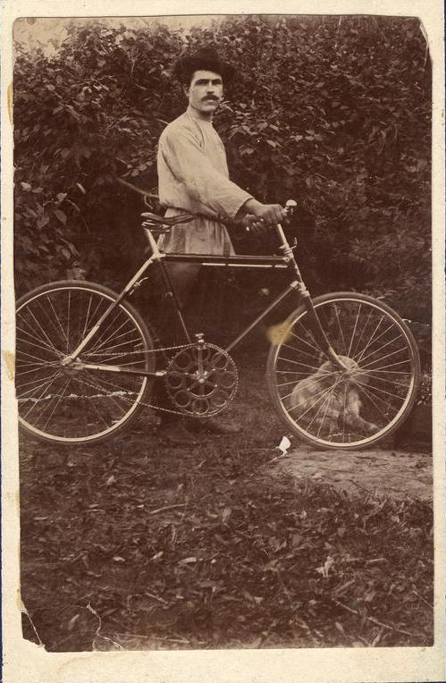 В.Буянов с велосипедом на Синюшиной горе