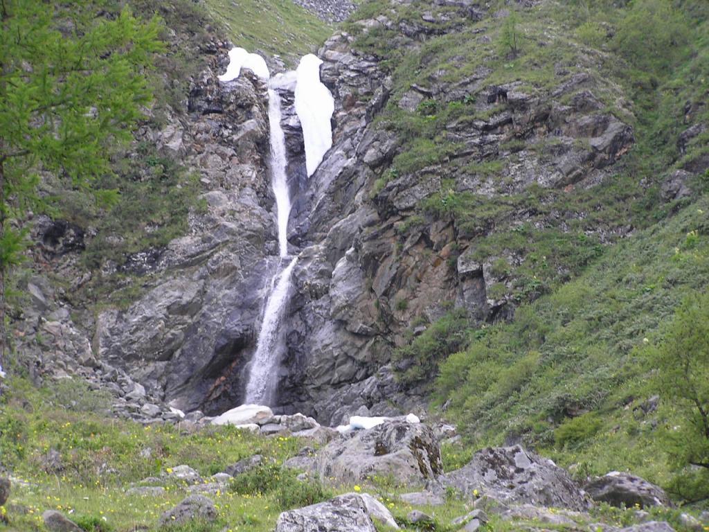 Водопад в долине реки Эхегер. Когда мы шли на Шумакские источники, этот водопад не видели из-за плотного тумана. На обратной дороге с погодой повезло, и он открылся нам в полной красе!
