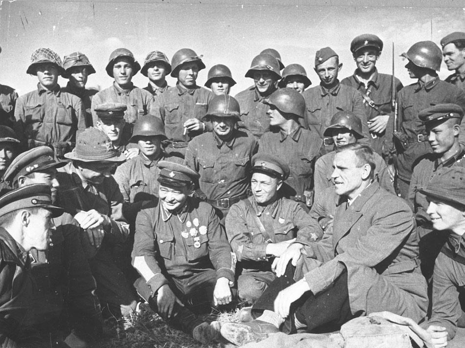 Полпред Иванов и маршал Чойбалсан на передовой (три человека по цетру слева направо: маршал Чойбалсан, дивизионный комиссар Никишев, полпред Иванов)