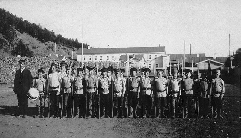 Кадеты Иркутского кадетского корпуса в лагерях.1914 г. Летние лагеря Кадетского корпуса размещались на берегу Ушаковки между дачами купцов Трапезникова и Похолкова.
