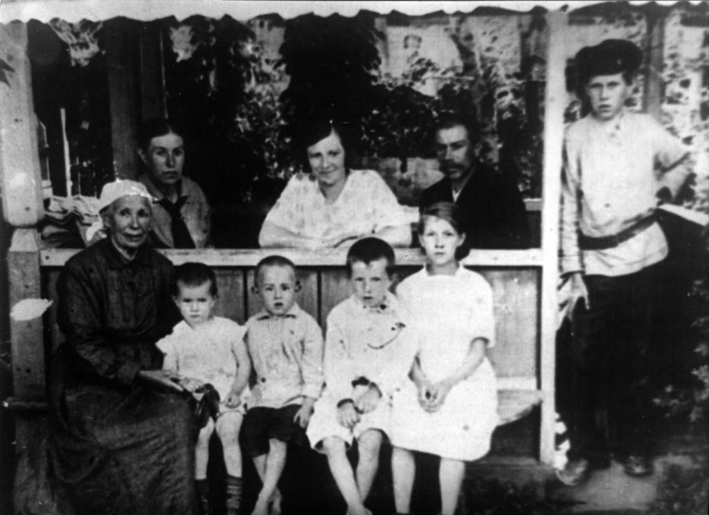 Семья П.Ф. Пономарева. На обратной стороне снимка надпись: Усолье лето 1917. в беседке дома.