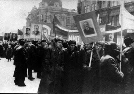 Демонстрация на 7 ноября. Иркутск. Ул.К.Маркса в районе пересечения с ул. Литвинова. Период с 1936 до 1953 гг. Автор неизвестен.