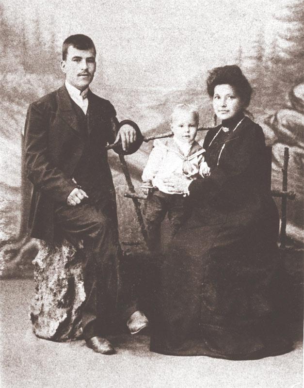 Фотограф П. А. Милевский с семьей в собственном ателье. Автопортрет. 1880-е