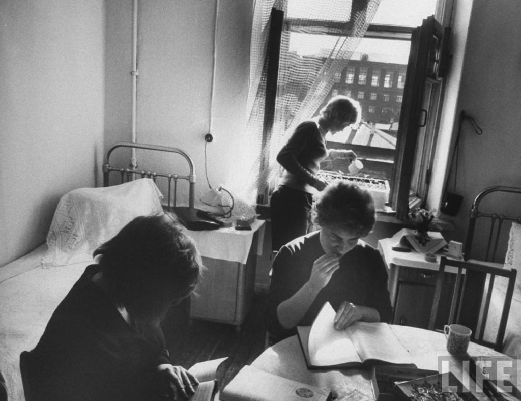 Неля Спиридонова поливает растения в своей комнате в общежитии