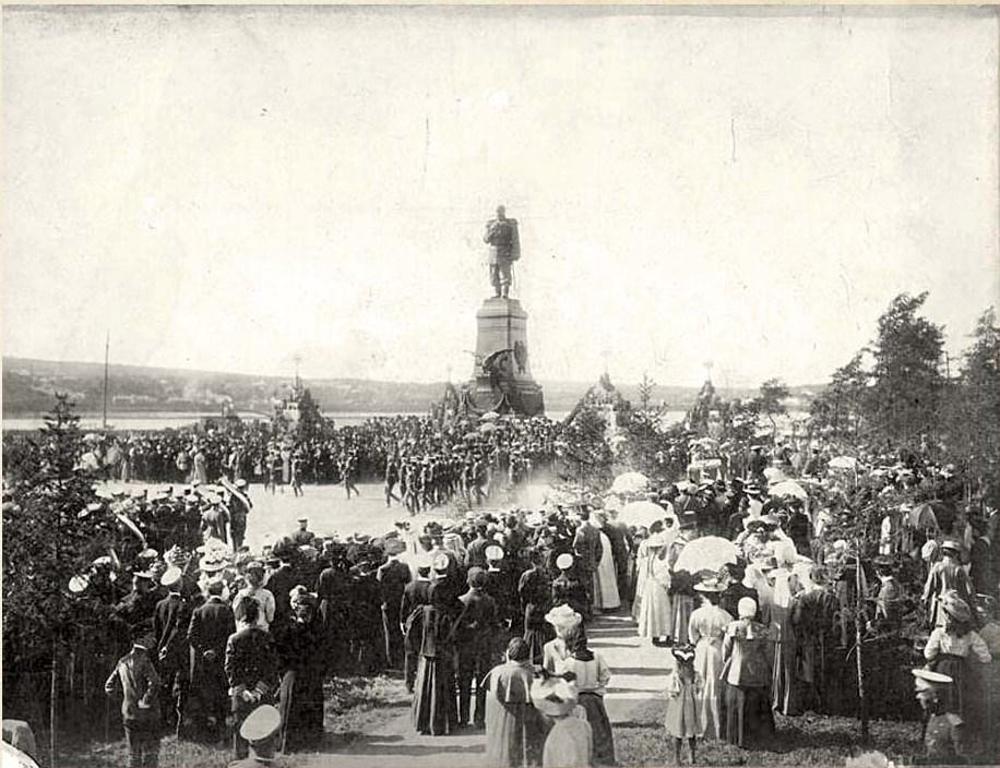 Военный парад в Александровском сквере.