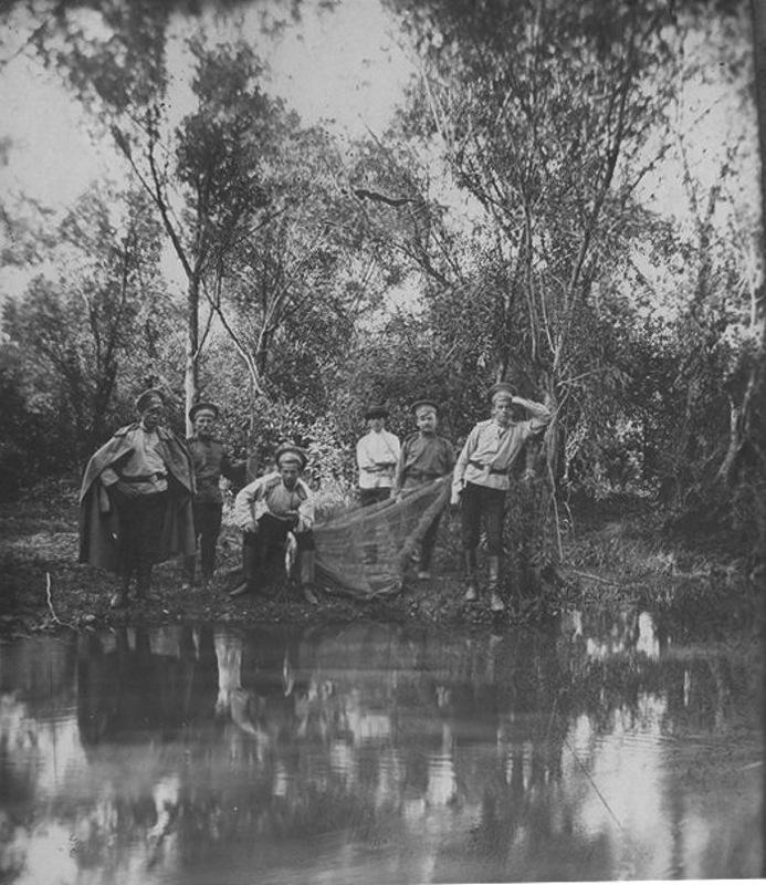 Ушаковка. Юнкера иркутского пехотного училища на рыбалке. Летние военные лагеря Юнкерского пехотного училища находились на левом берегу Ушаковки неподалёку от Пивоварской деревни.