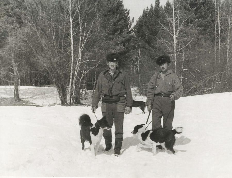 Старшие егеря питомника Матвеев Г.М. (слева) и Кондратьев А.В., с. Моты. Фото 1972 года.