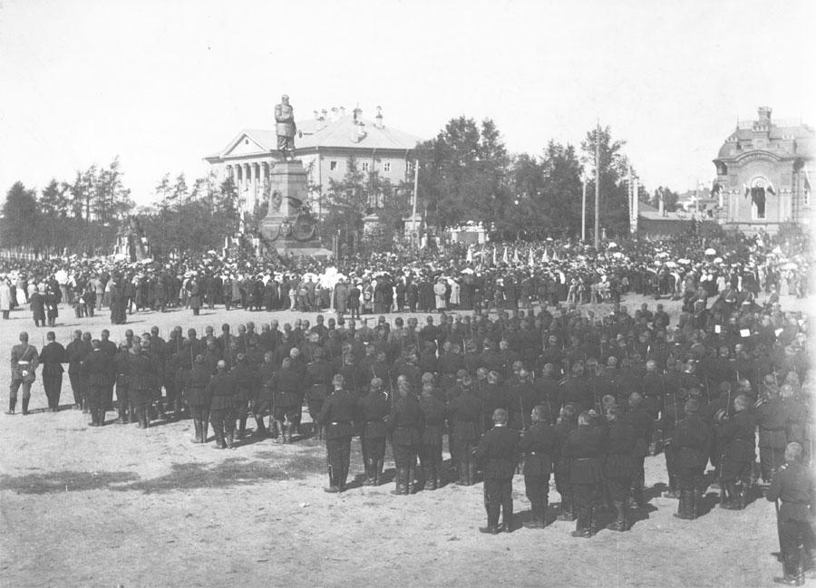 Торжества в Александровском сквере у памятника императору продолжались весь день