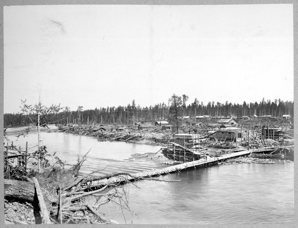 Строительство моста через реку.