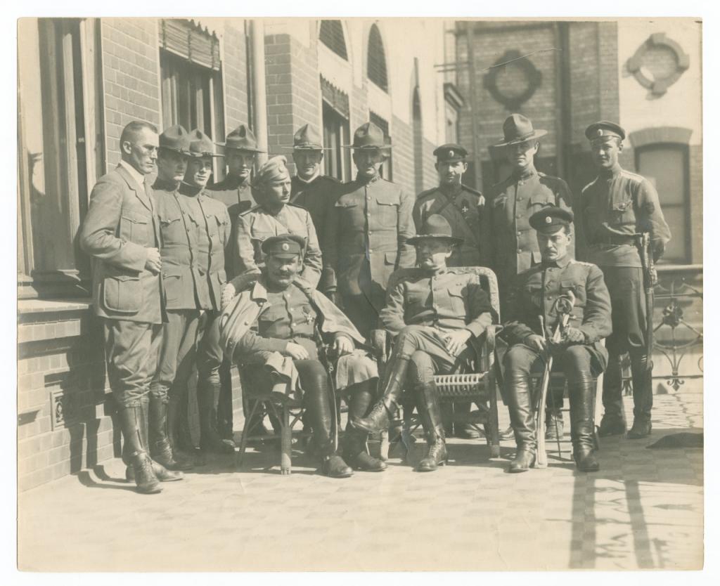 Семенов во Владивостоке с офицерами британской и американской интерференционных армий