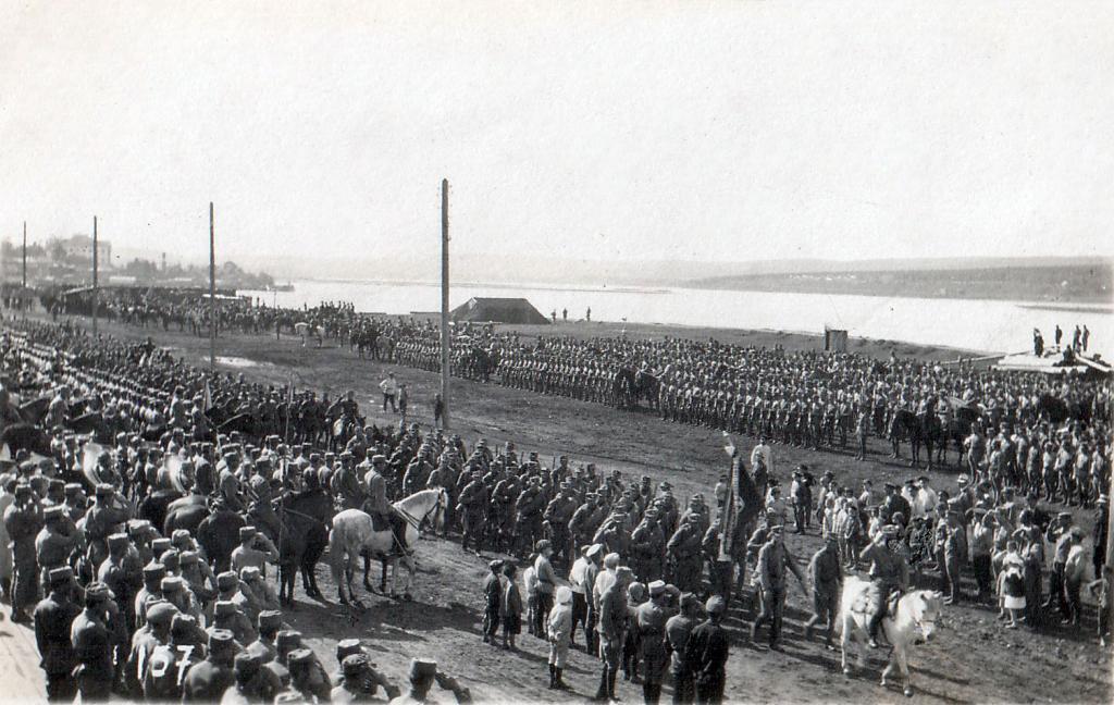 Парад 1 стрелковой дивизии на берегу Ангары 1918
