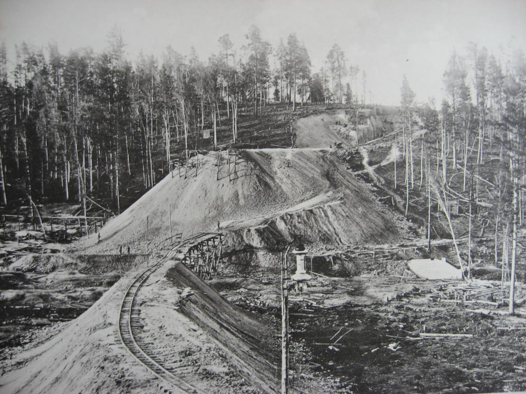 2550 верста. Сооружение насыпи на «Берёзовой пади»; высота насыпи 12,74 саж. Строительный период 1908 г.