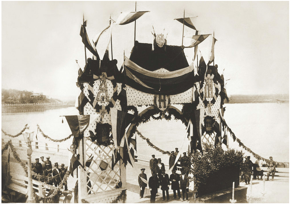 Арка, установленная у понтонного моста перед торжественным открытием в присутствии наследника престола Николая Александровича