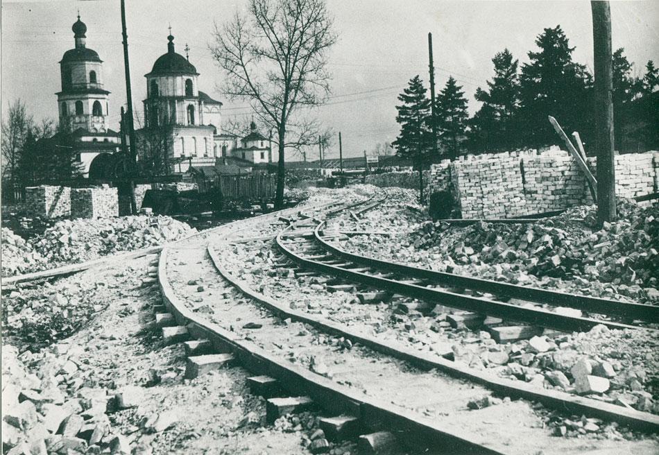 Площадь III Интернационала (сквер Кирова). Узкоколейная железная дорога, проложенная для вывоза остатков взорванного Казанского кафедрального собора.