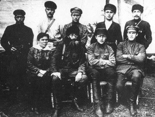 «Дедушка» (нижний ряд, в центре) среди своих партизан-анархистов