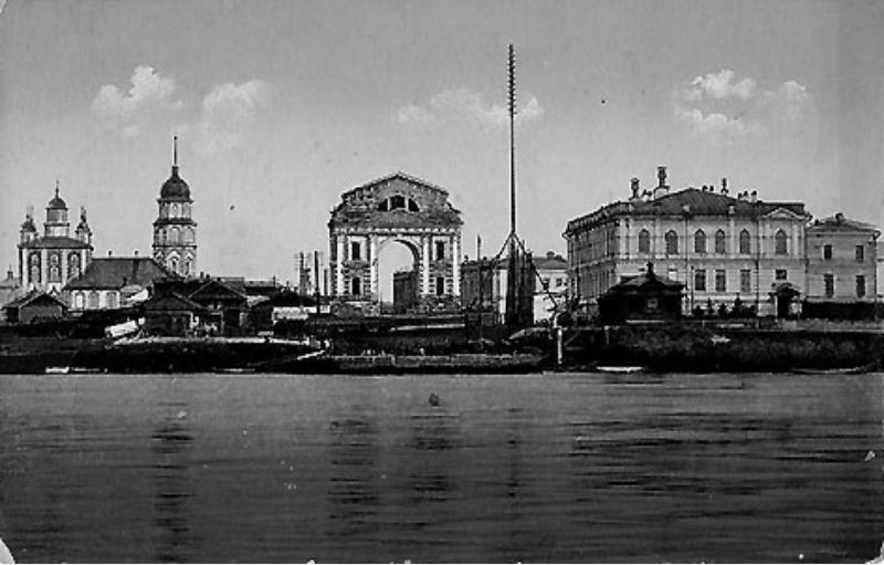 Московские ворота (вид на них с противоположенного берега)