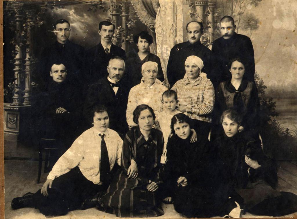 Семья Приска Пономарёва. Фото сделано в павильоне фотографа Лисовского.