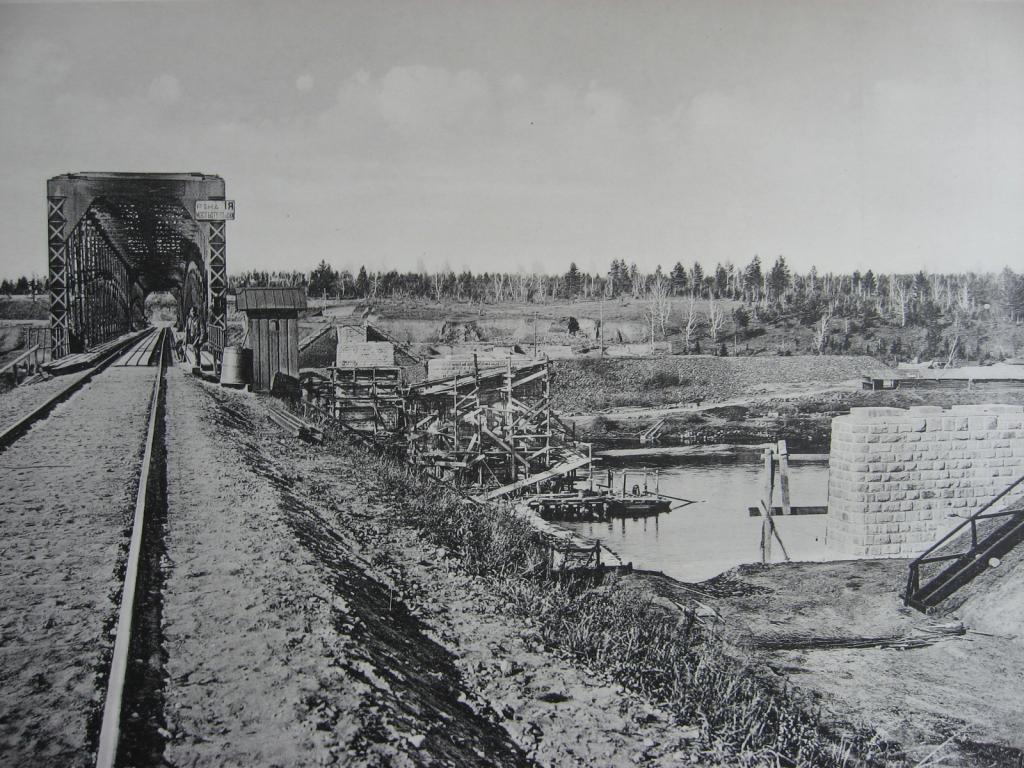 2706 верста. Постройка опор моста под второй путь на р. Ия. Строительный период 1910 г.