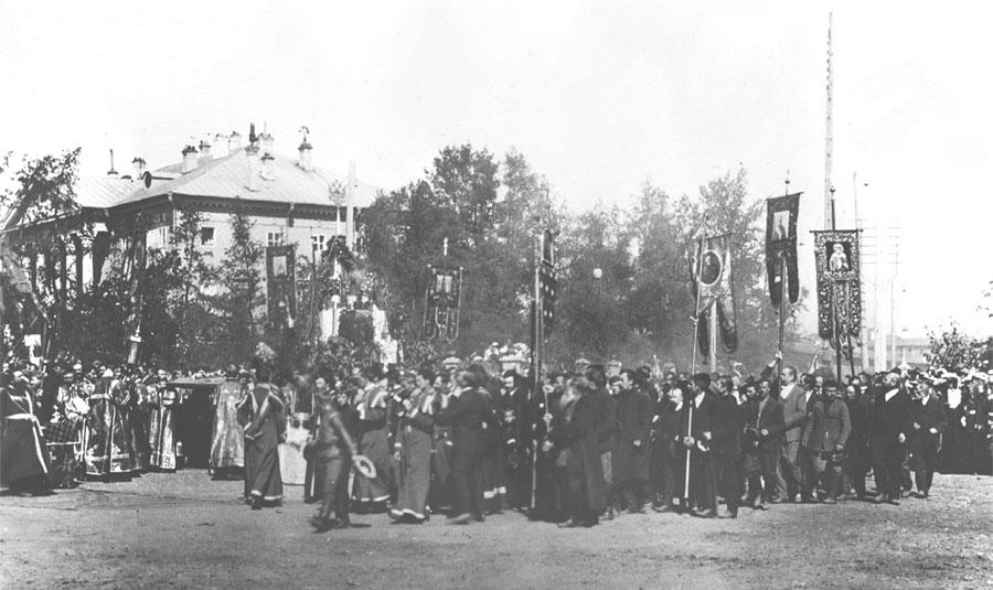 Крестный ход из Казанского собора к памятнику Александру III в день его открытия и освящения. Фото И. М. Портнягина 1908.