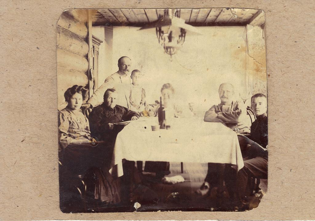 Маргарита Тихомирова (Сошникова), Софья Сошникова, стоит Иннокетий Машуков с дочерью Ниной, сидит Феоктиста Машукова