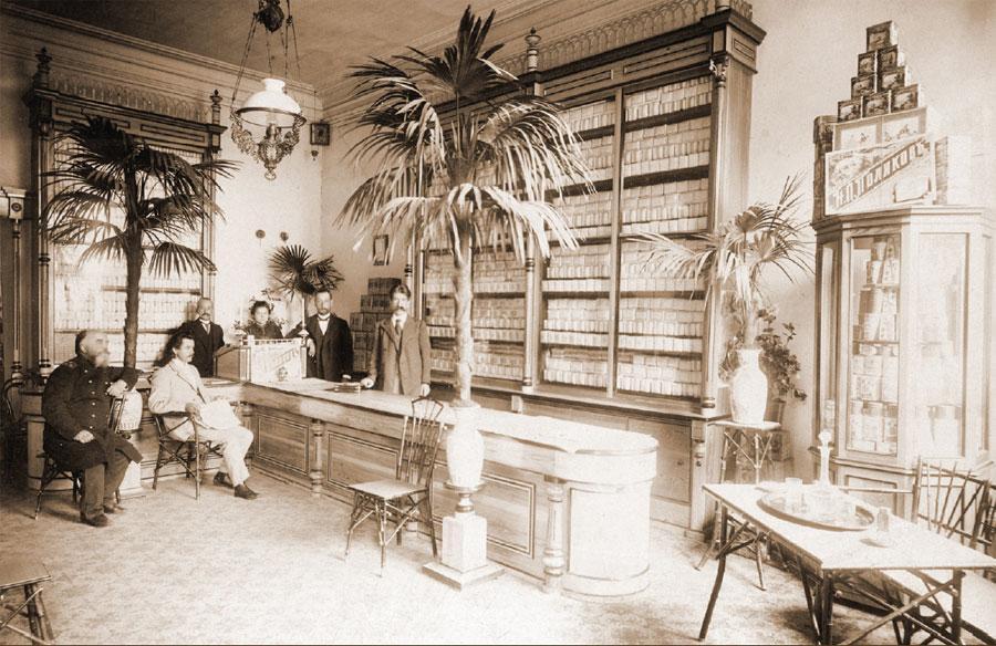 Владелец чайного магазина со своими служащими. Фото В. В. Дегтярева. 1890-е