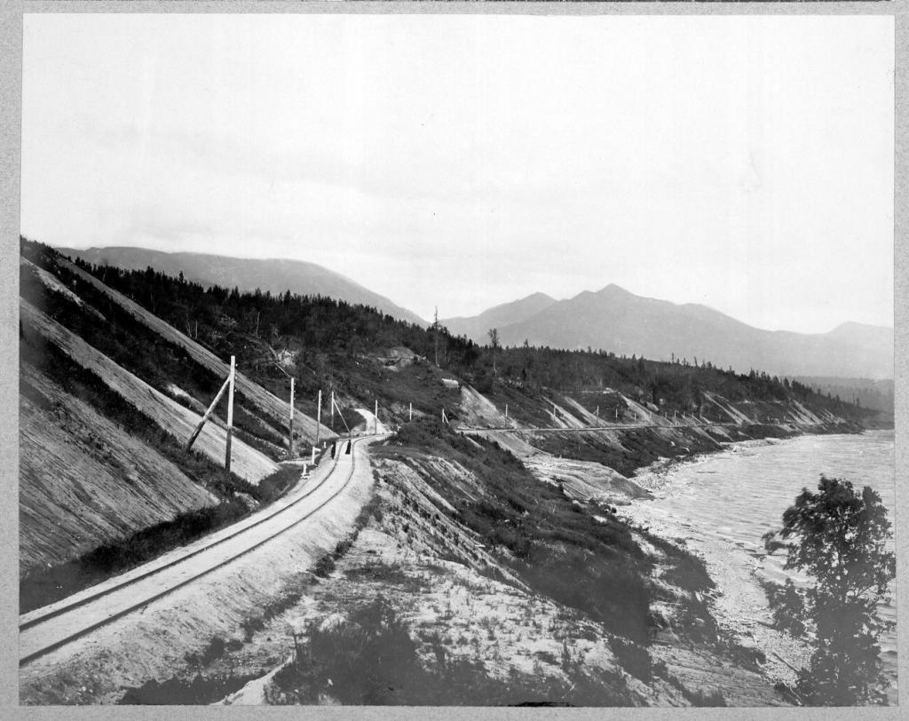 Вид участка железной дороги.