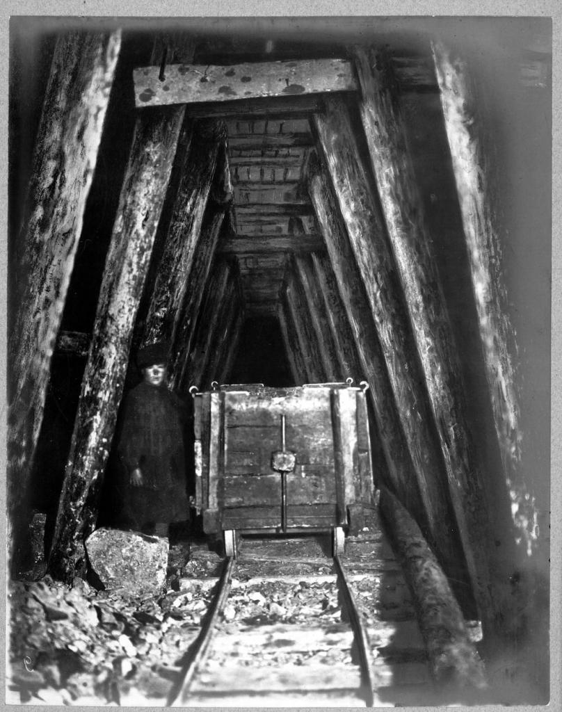 Выломка штроссы под сводом тоннеля.