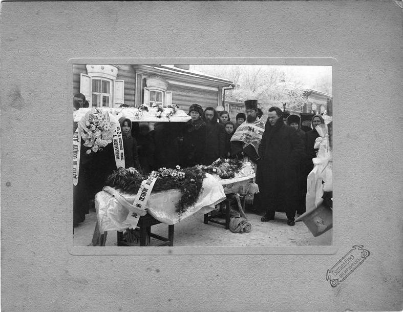 Похоронная процессия возле гроба Пелагеи Андреевны Подгорбунской, супруги священника Подгорбунского