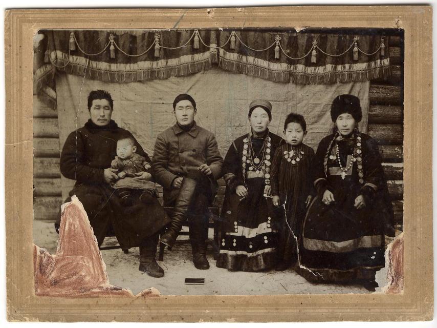 Две бурятские семьи с женами и детьми. Конец XIX века