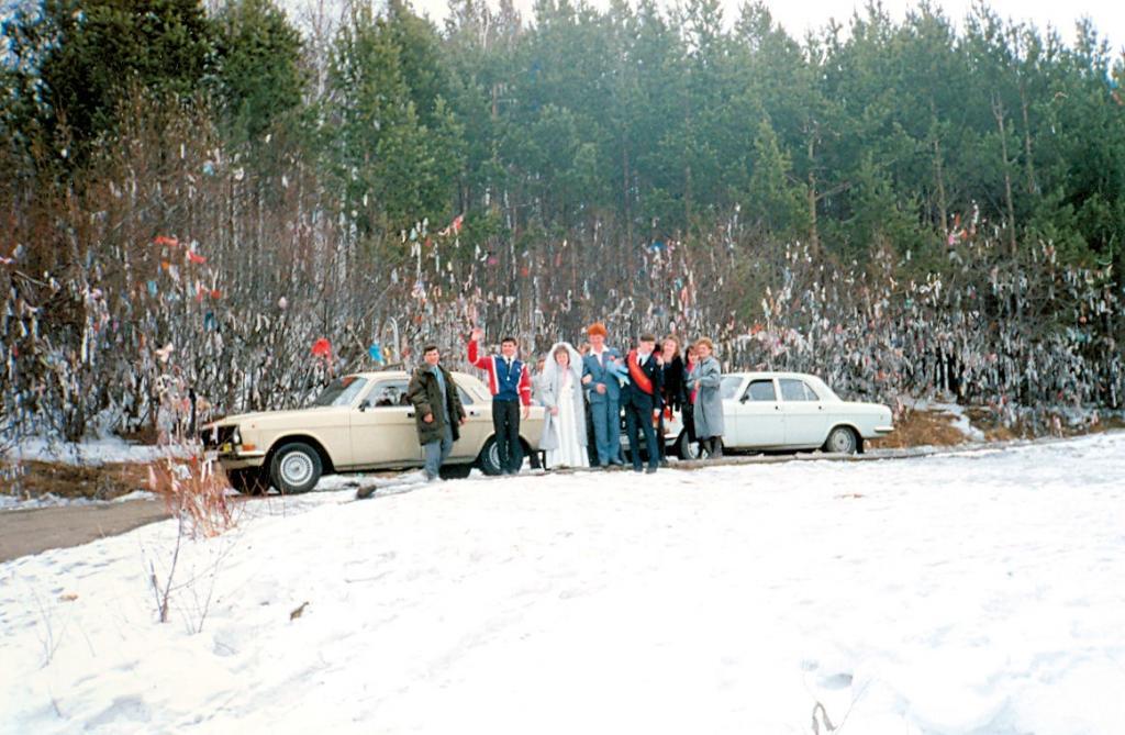 Иркутск-Байкал 1990. Древо желания возле Листвянки. Жених и невеста загадывают желания
