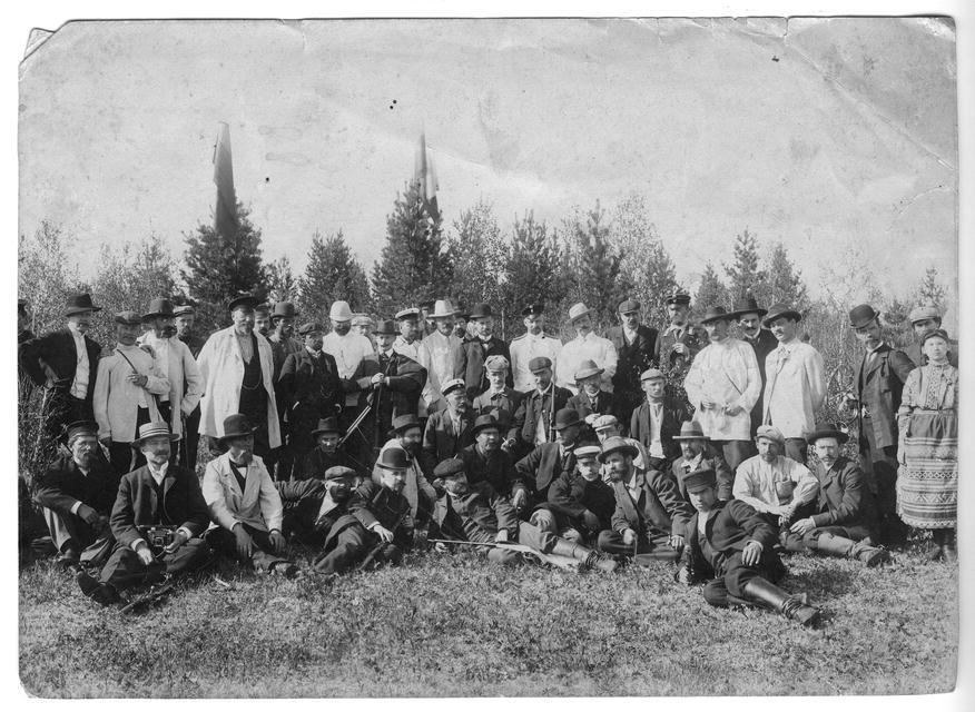 Члены общества любителей охоты на стрельбах. 1910