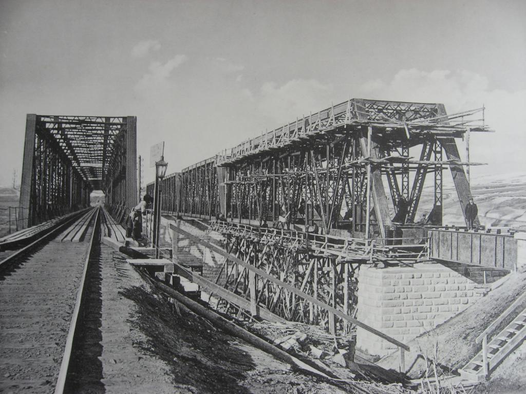 2985 верста. Сборка фермы Ачинского пролёта моста под второй путь через р. Белую. Строительный период 1910-1911 гг.