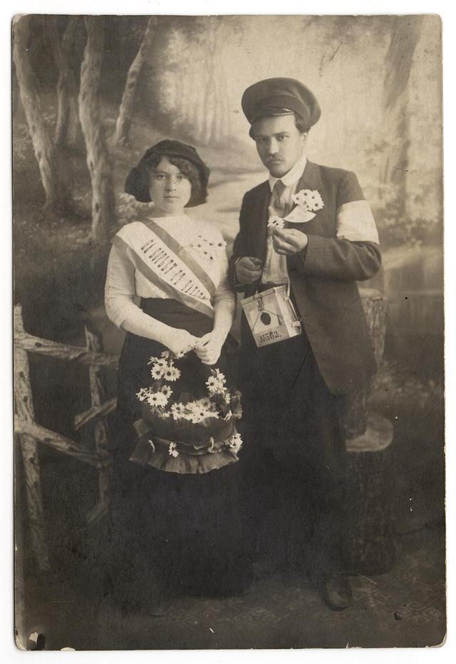 """Молодая супружеская чета, участники акции """"Все на борьбу с чахоткой"""". Иркутск, 20-е годы XX века."""