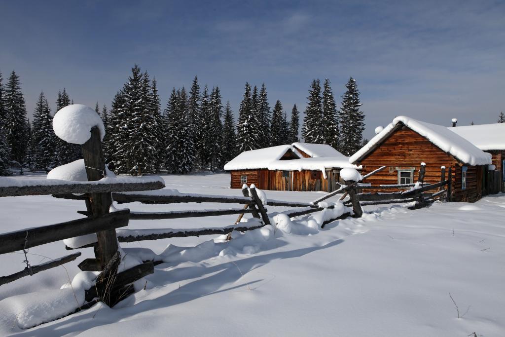 Одно из самых недоступных поселений области — Чинонгу — отделяют от Иркутска всего 500 километров. Здесь — край нетронутого снега. Март 2012 года