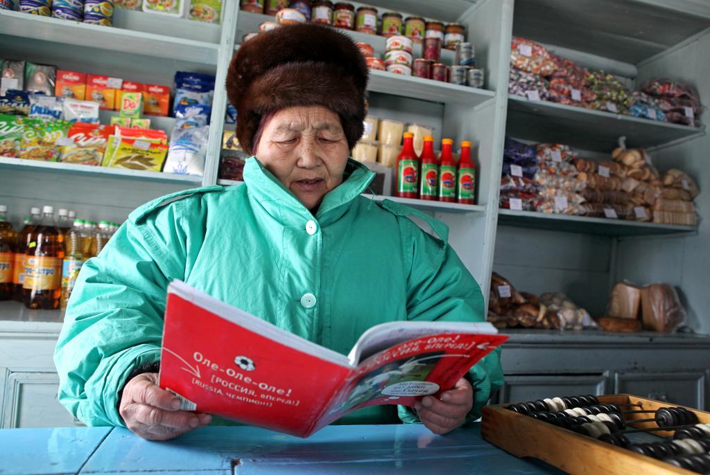 Продавец Евдокия Иннокентьевна Монастырева: «Значительная часть выручки пока лишь в долговой тетради»