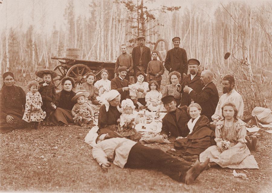 Пасхальный праздник на опушке леса вблизи Иркутска. Начало XX в.