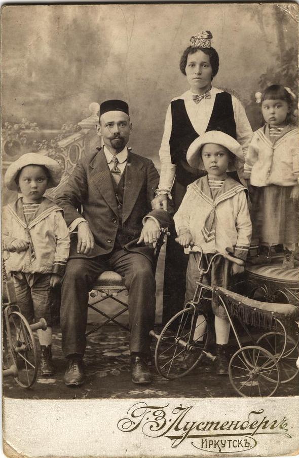 Татарская семья служащего конторы иркутских купцов Шафигулинюков Муратова. Жена Файзуль и дети Анвар Бек, Хамид и Гульчира