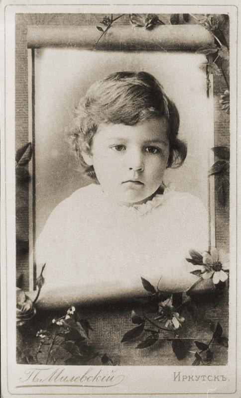 Детский портрет в художественной виньетке. Фото П. А. Милевского. Конец XIX в