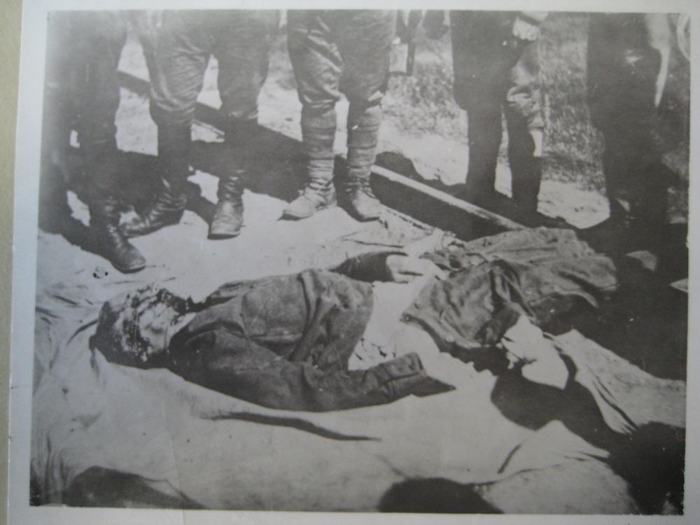 Изуродованные тела на железнодорожных путях.